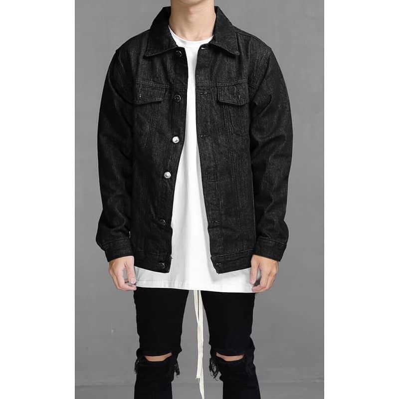 phối denim jacket đen với áo phông trắng và quần jean rách gối