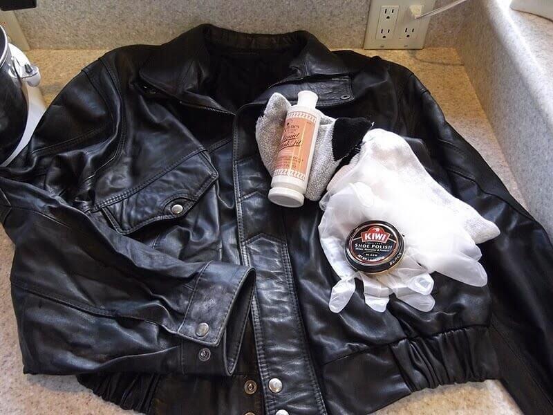 Sử dụng nước tẩy nhẹ để giặt áo da