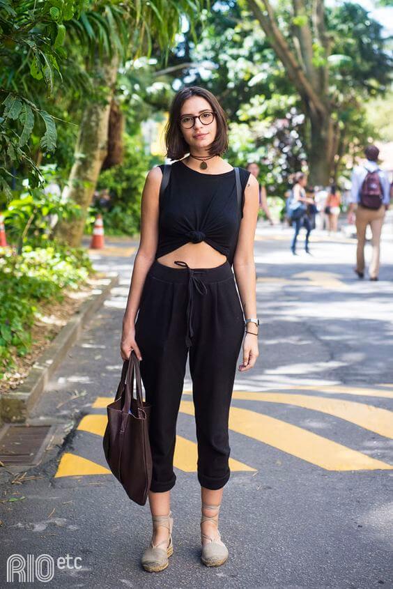 Áo crop-top phối với quần baggy nữ, phong cách thời trang của sự trẻ trung và quyến rũ