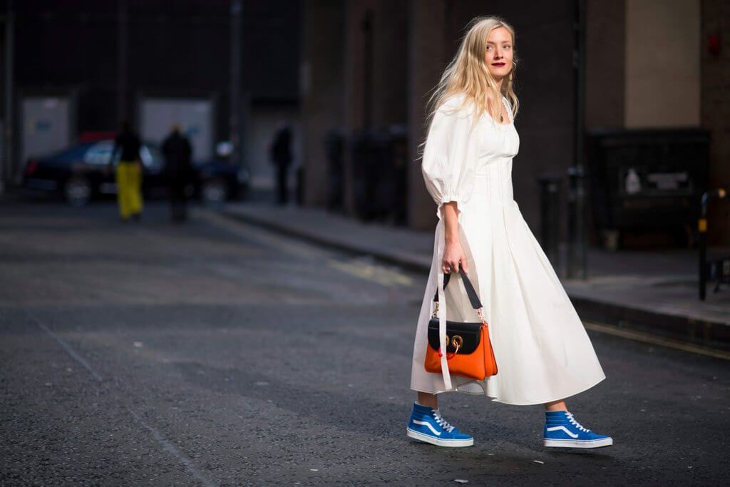 Phối giày sneaker với váy liền thân