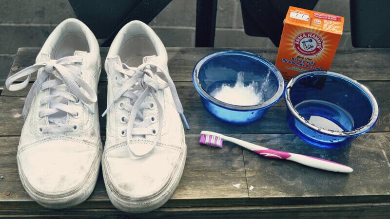 Làm trắng sạch giày Converse với baking soda và giấm
