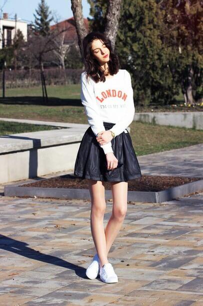Phối sneakers với váy mini