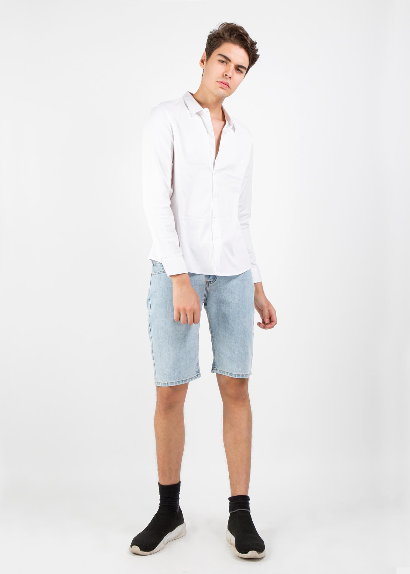 Năng động xuống phố với áo sơ mi trắng và quần short