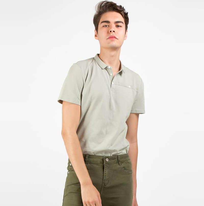Áo polo + quần kaki – Màu sắc thể thao bên trong áo thun có cổ
