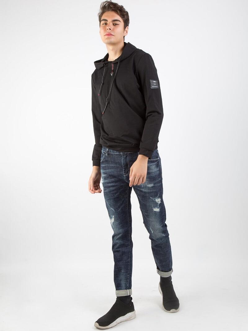 Áo hoodie phối với quần jeans phong cách