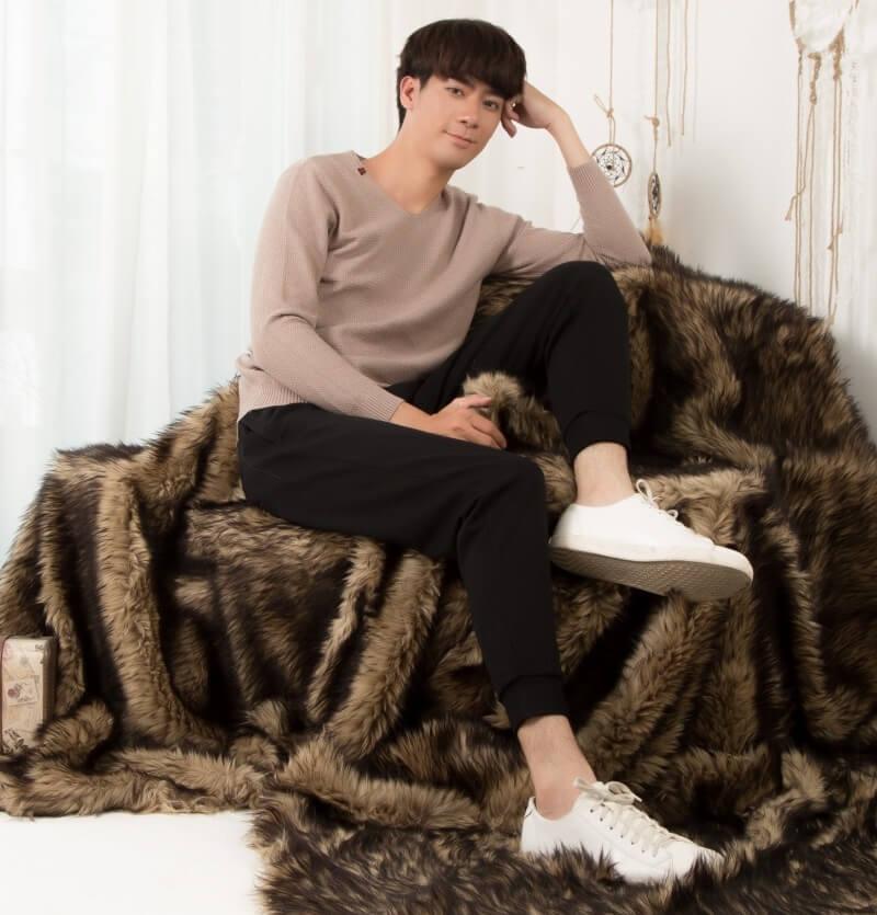 Áo len dài tay kết hợp với quần Jean đen và Sneaker trắng