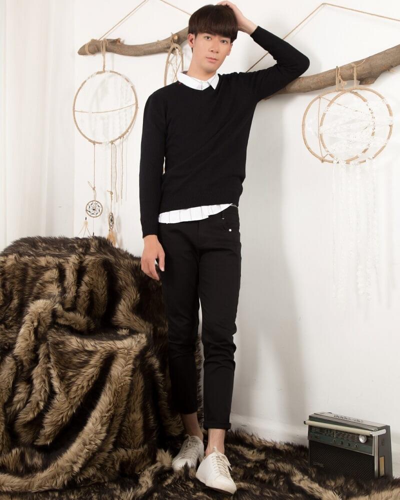 Áo sơ mi kết hợp với áo len dài tay, quần kaki và Giày cao cổ