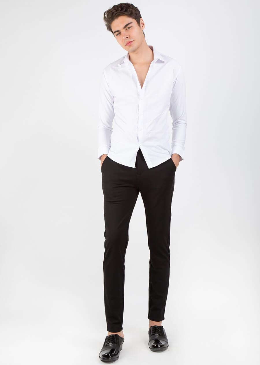 Đẹp chuẩn soái ca với áo sơ mi trắng và quần kaki