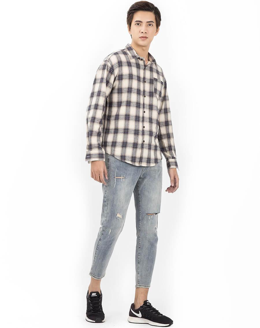 Soái ca thanh lịch với quần jean và áo sơ mi kẻ caro