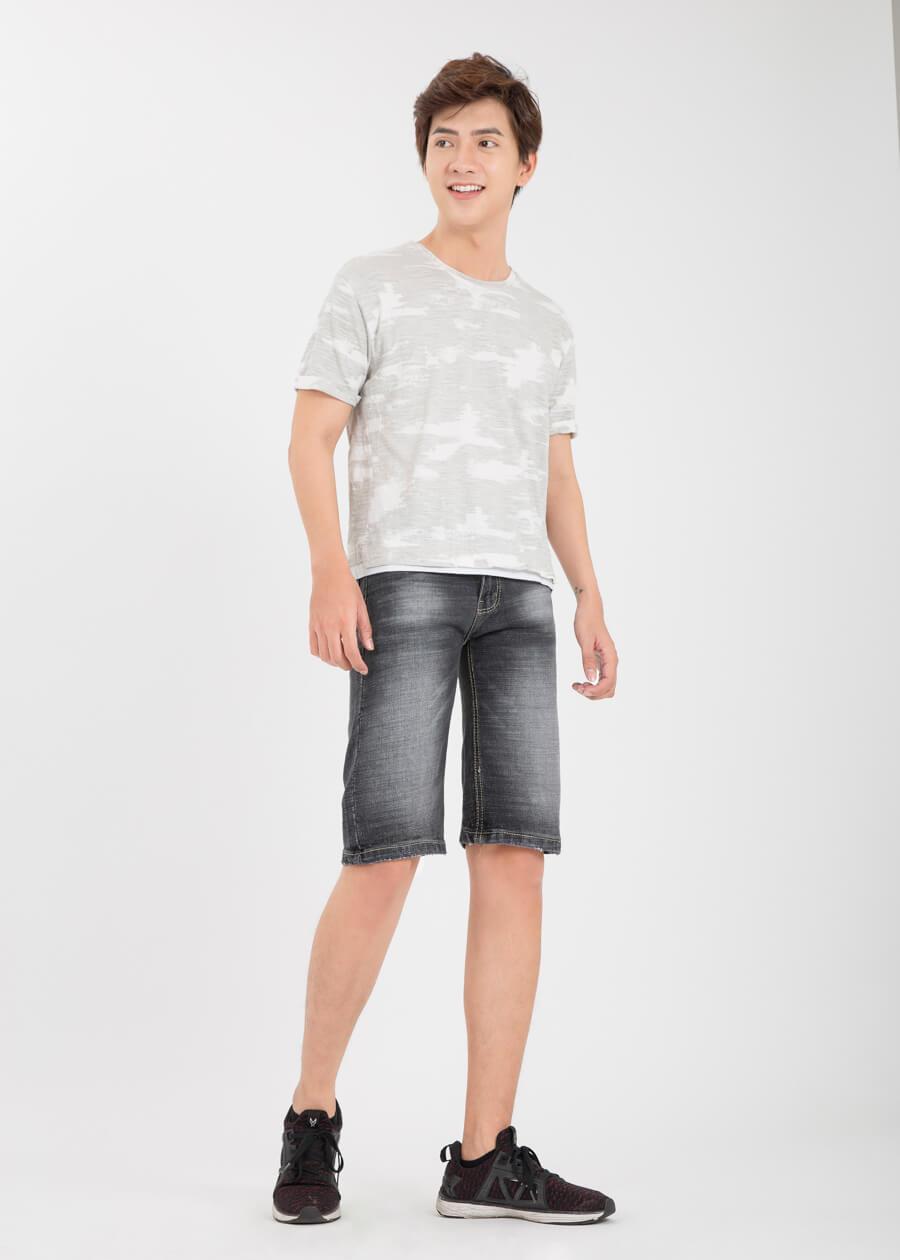 Cách phối đồ cá tính cùng quần jeans rách - Áo thun trơn và quần short jeans