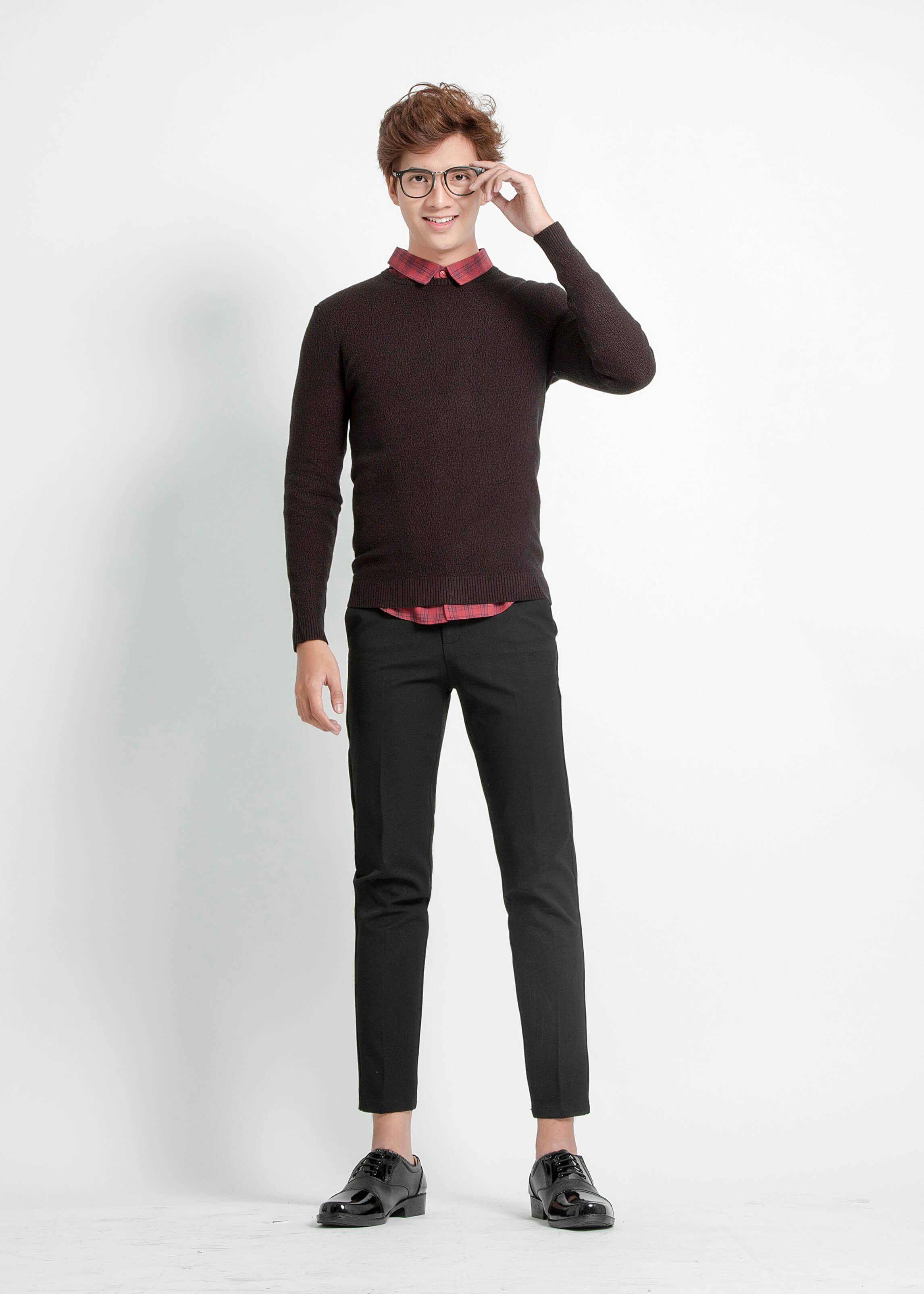 Phối áo len body với áo sơ mi