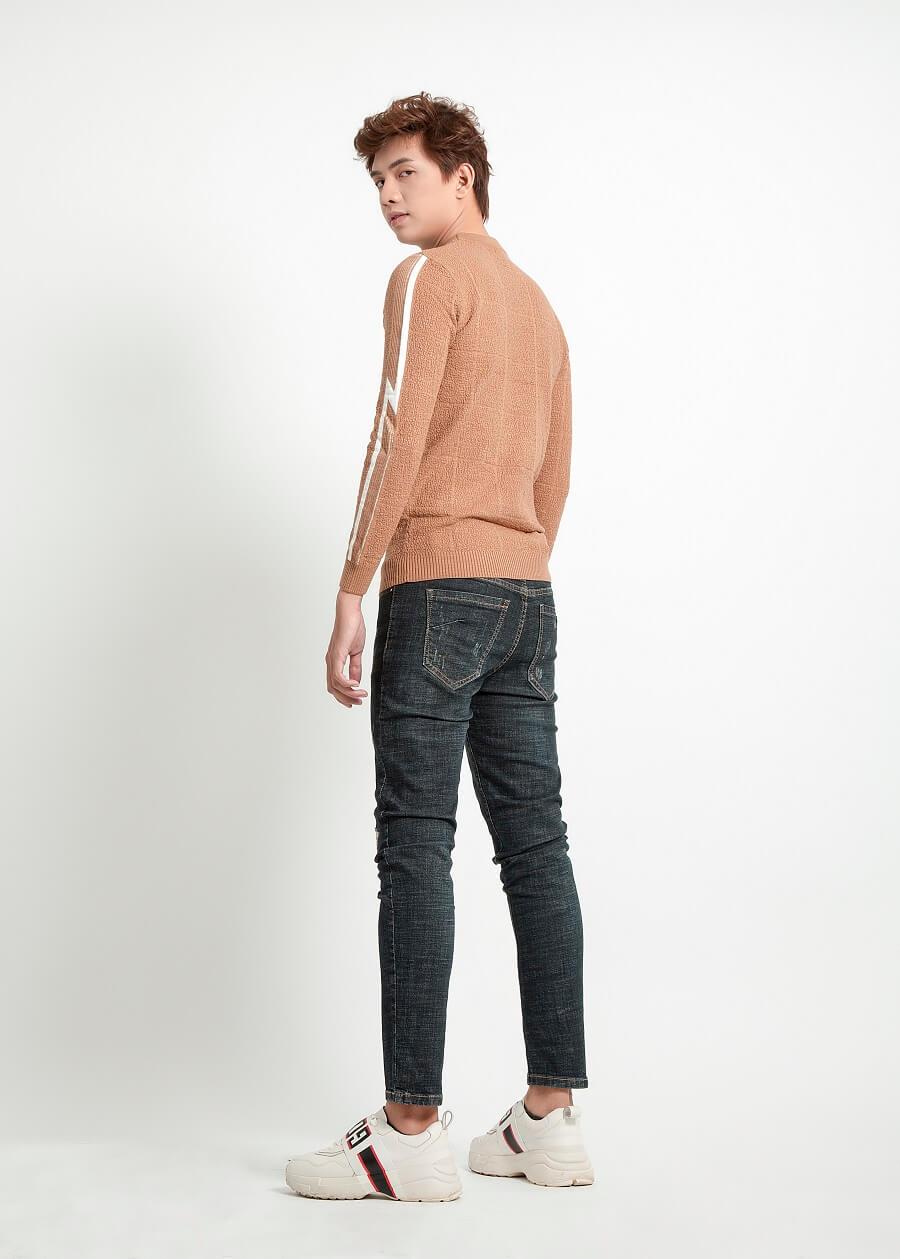 Cách phối đồ cá tính cùng quần jeans rách - Quần jeans xước nhẹ cùng áo len