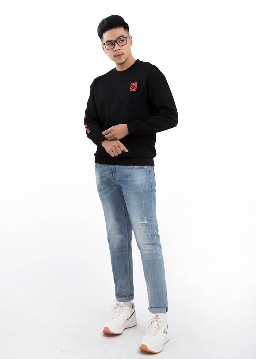 Khá bảnh với combo áo sweatshirt họa tiết logo, quần jean slimfit xanh và giày thể thao