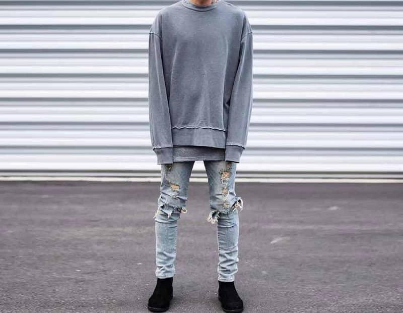 phối sweatshirt với quần jean rách