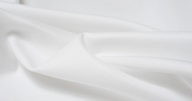 chọn áo sơ mi trắng thấm hút tốt