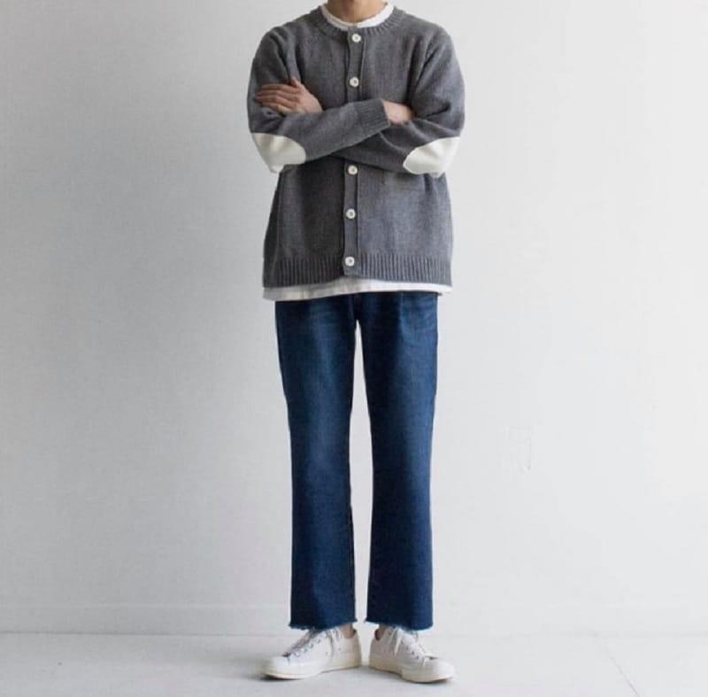 phối quần jean ống rộng với giày thể thao trắng và áo khoác len