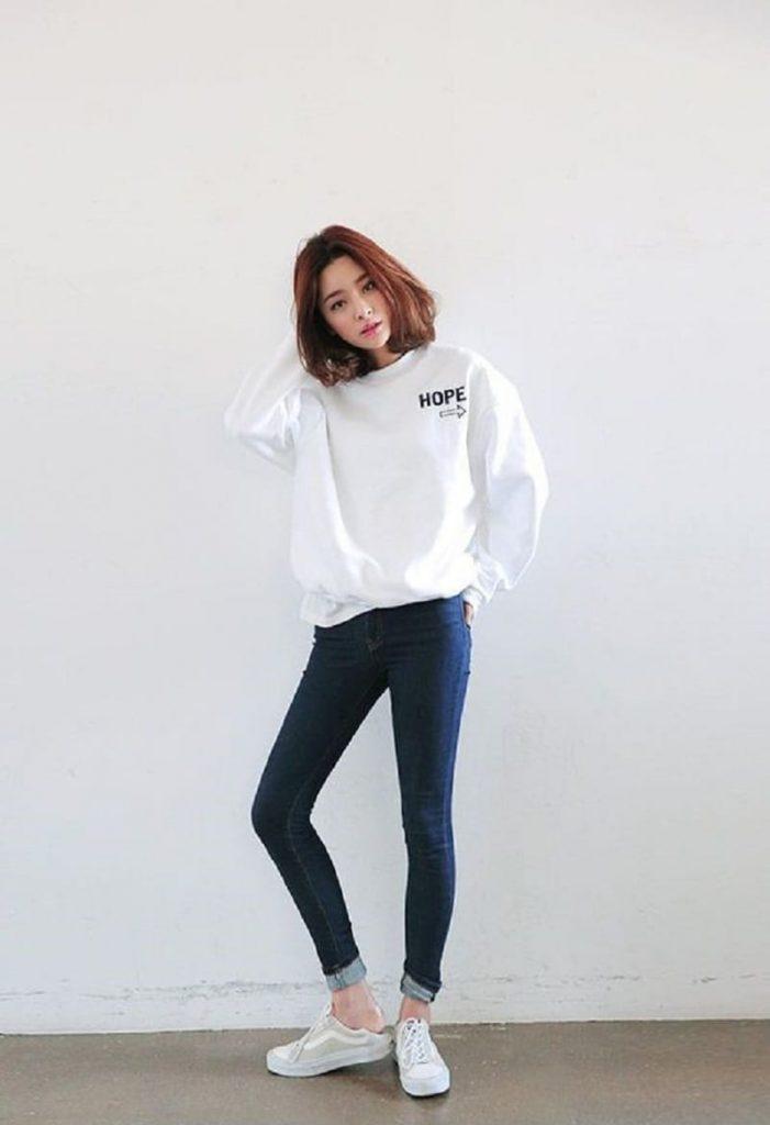 Trẻ trung và xinh xắn trong set đồ quần jean với áo hoodie