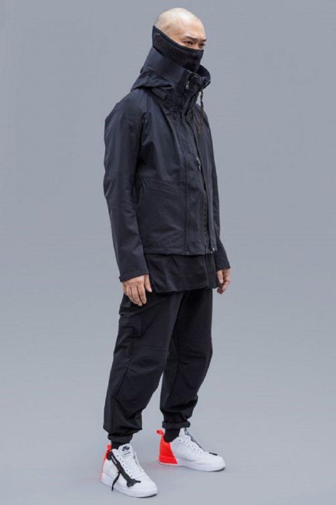 Cực ngầu với combo áo khoác dù, quần jogger kaki và sneaker trắng