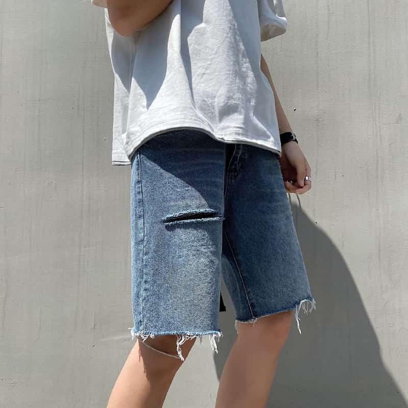 phối short jean rách với áo thun