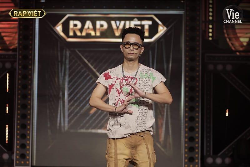 trang phục của Rhymastic trong tập 9 rap việt