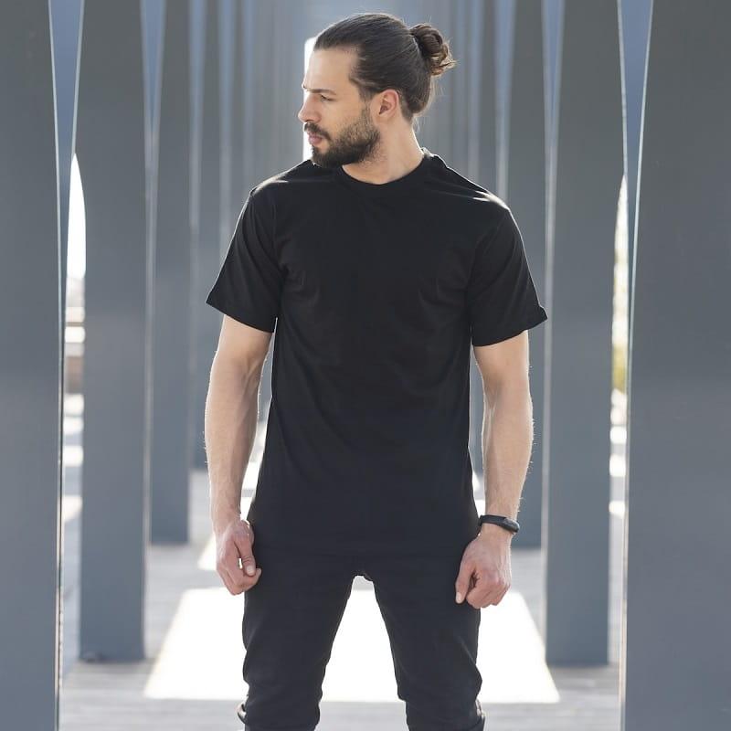 Áo thun và quần kaki đen cá tính