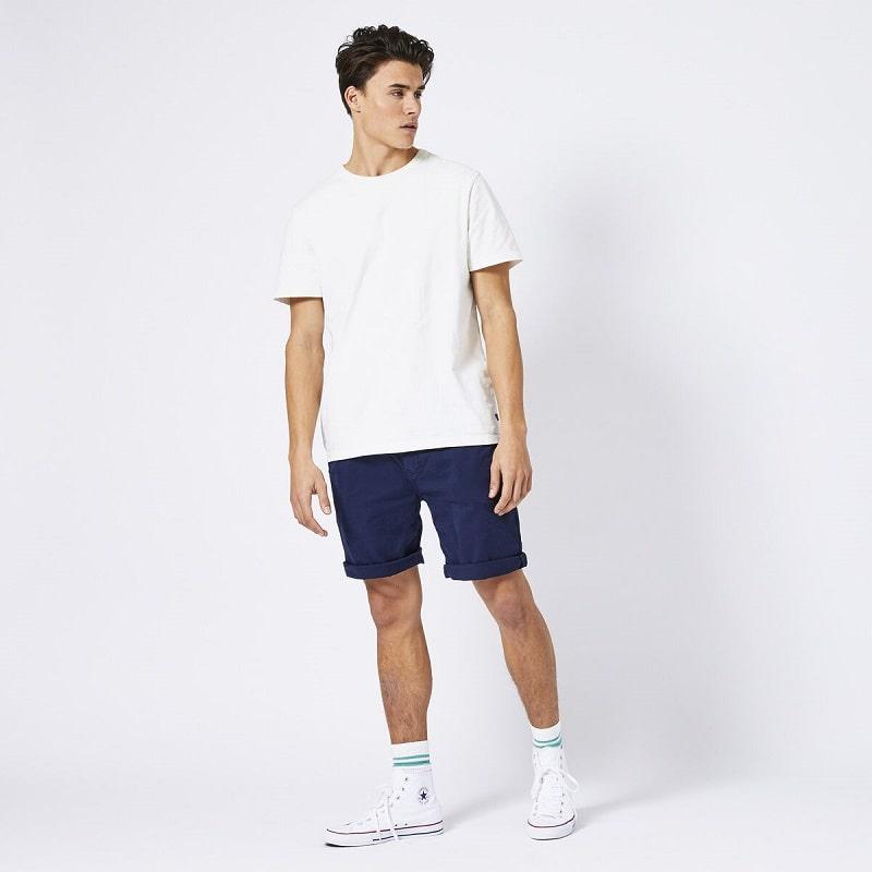 phong cách năng động với áo thun và quần short