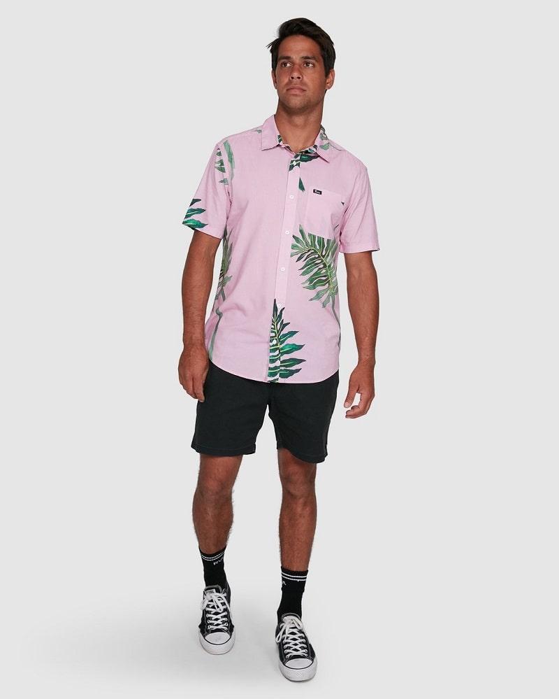 áo sơ mi họa tiết kết hợp với chiếc quần short