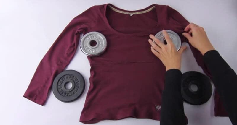 Vật nặng cũng có khả năng giúp làm rộng áo thun