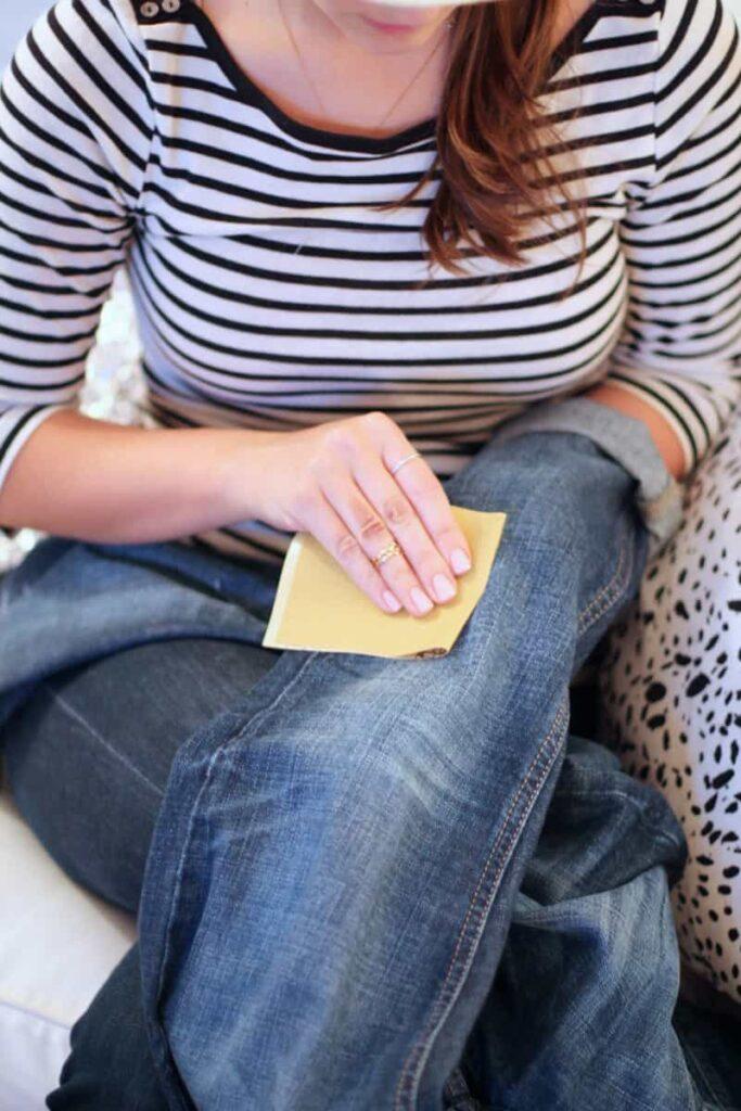 Mài nhẹ quần bằng giấy nhám để tạo vết xước