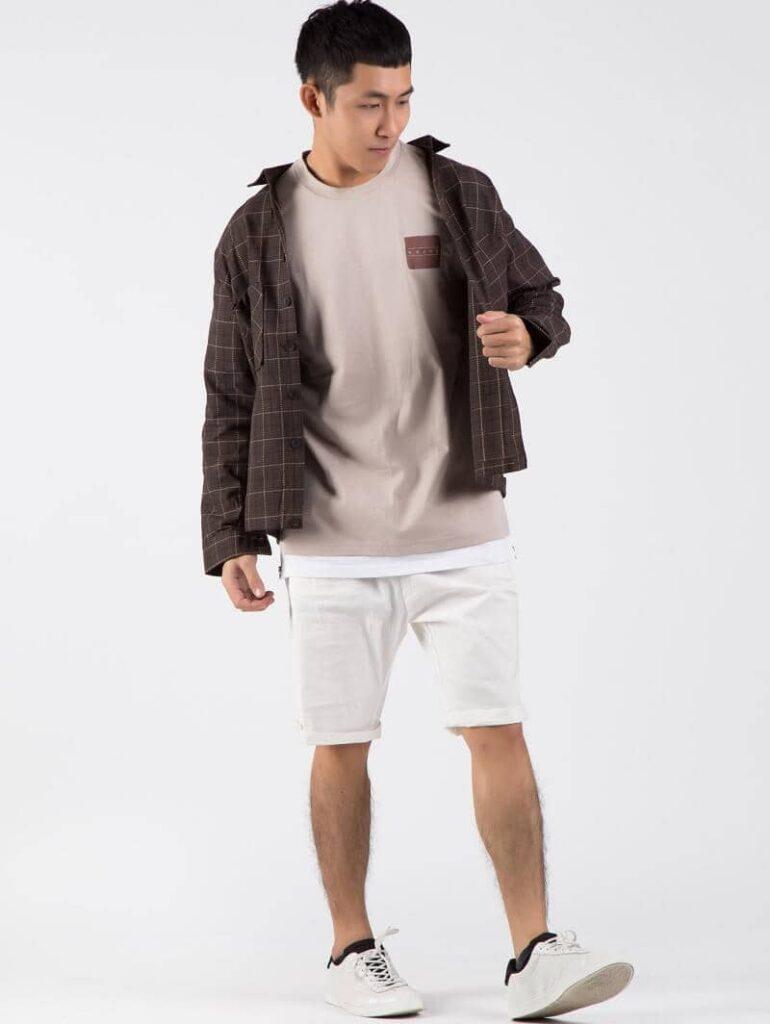 Kết hợp sơ mi Flannel khoác ngoài với quần Short