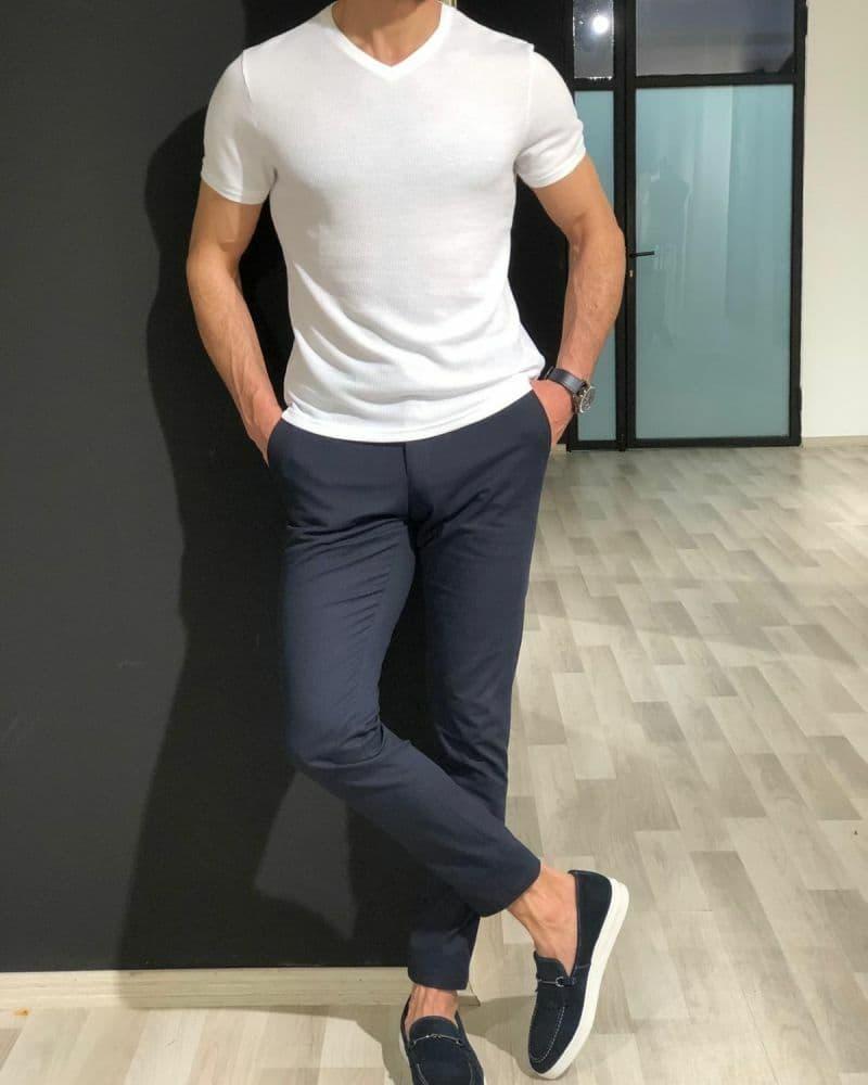 Phối quần tây xanh với áo phông trắng trơn