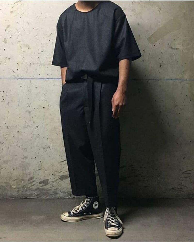 Phối quần tây đen ống suông với áo phông đen và giày Converse