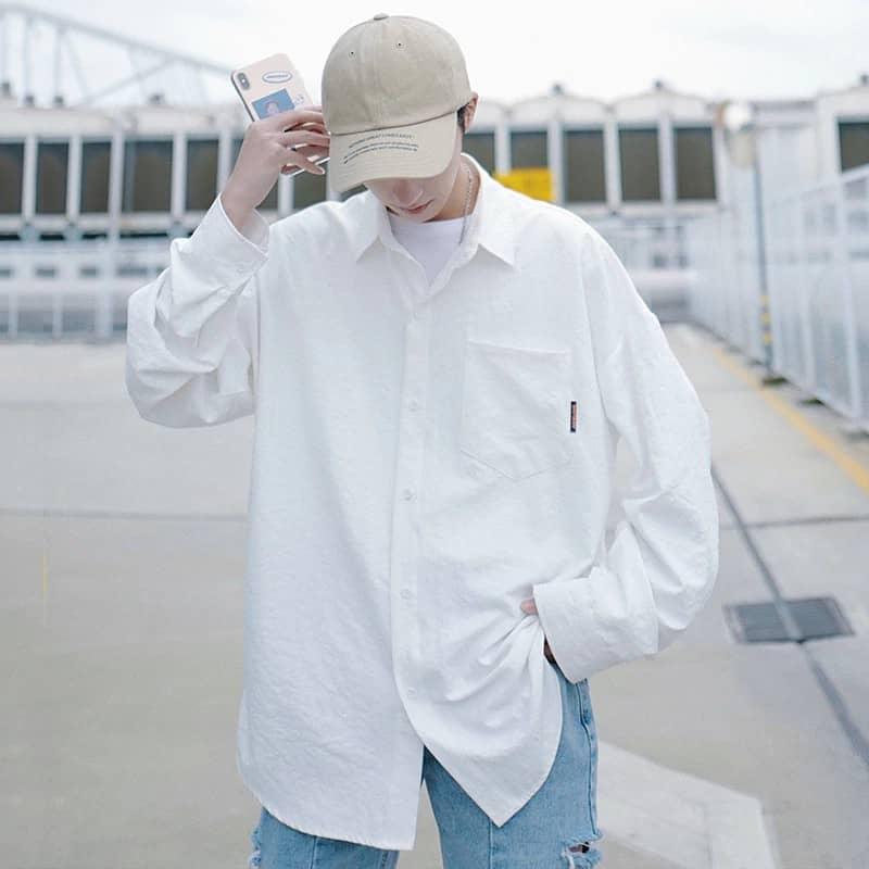 áo sơ mi trắng oversize là mẫu áo cực phù hợp với nam gầy