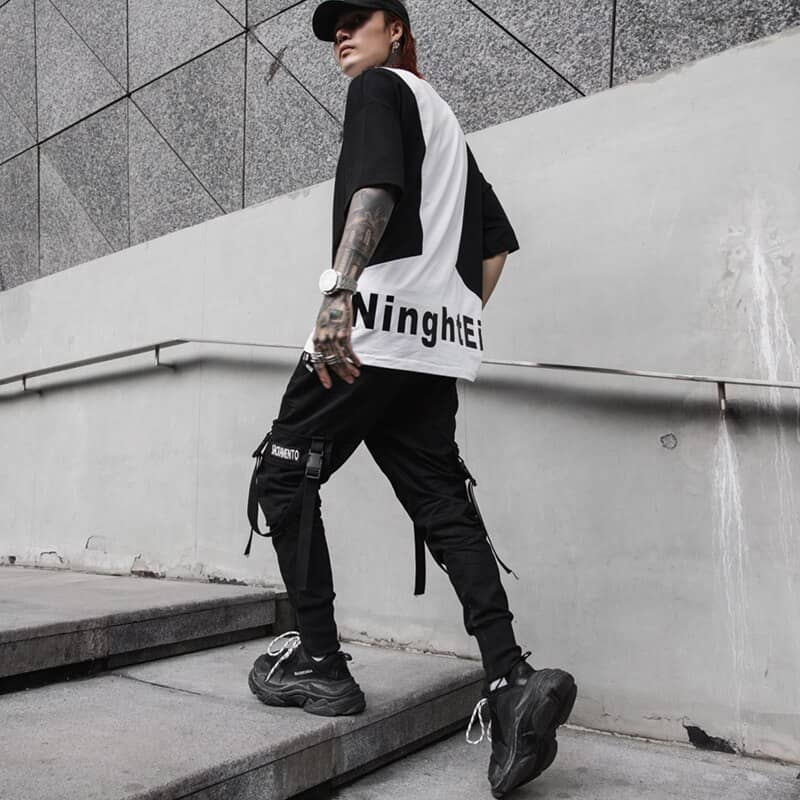 Phối quần Jogger nam với áo thun và Sneaker