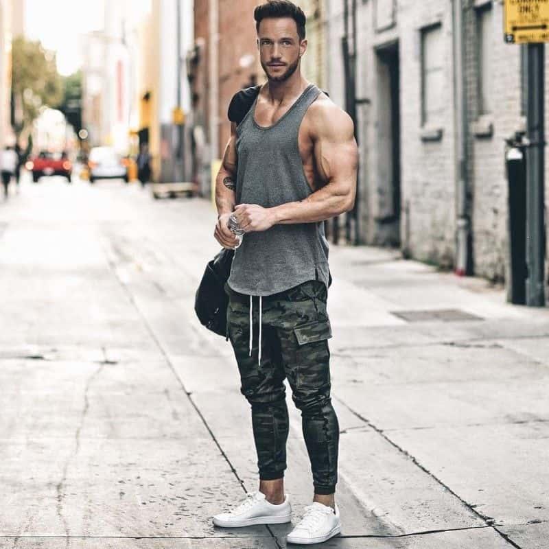 Phối quần Jogger thun nam với áo Tank Top