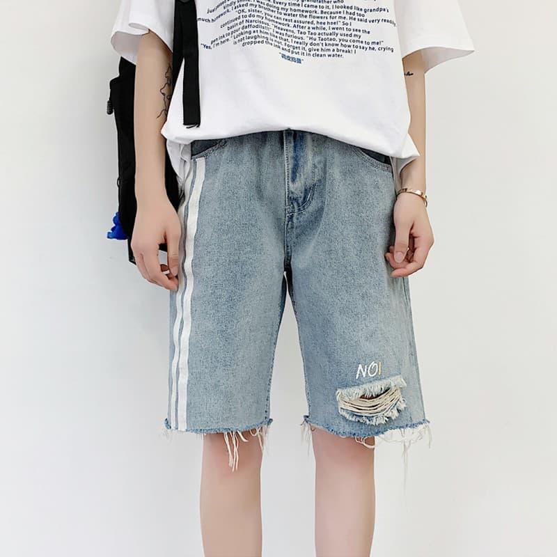 Phối quần short jean rách theo phong cách Unisex