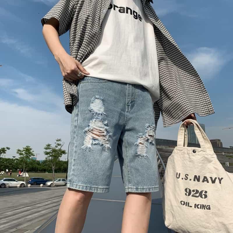 Phối quần short jean rách màu xanh với áo phông trắng và sơ mi ngắn tay khoác ngoài