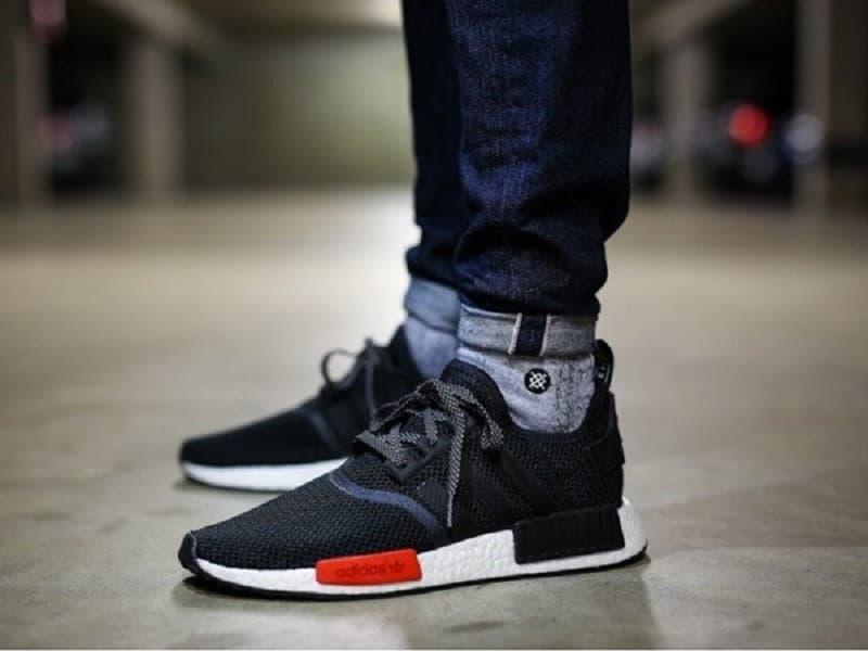 cách phối đồ với sneaker theo màu sắc