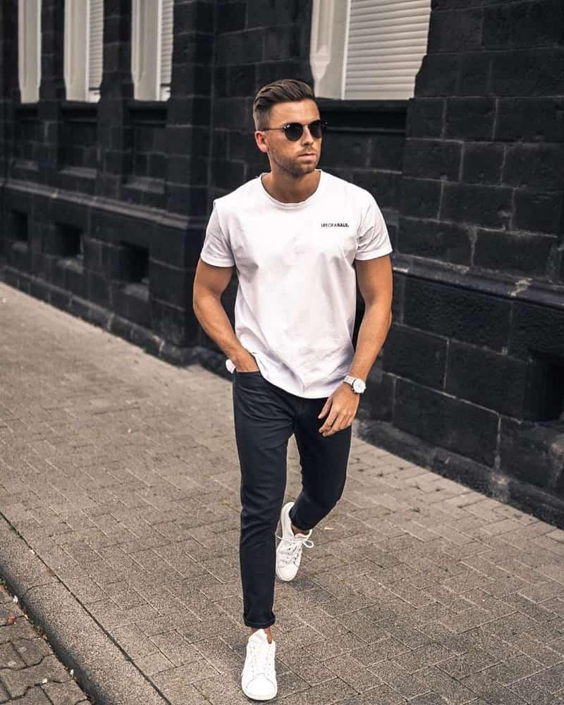 Quần Jeans đen với áo phông trắng và giày Sneakers trắng