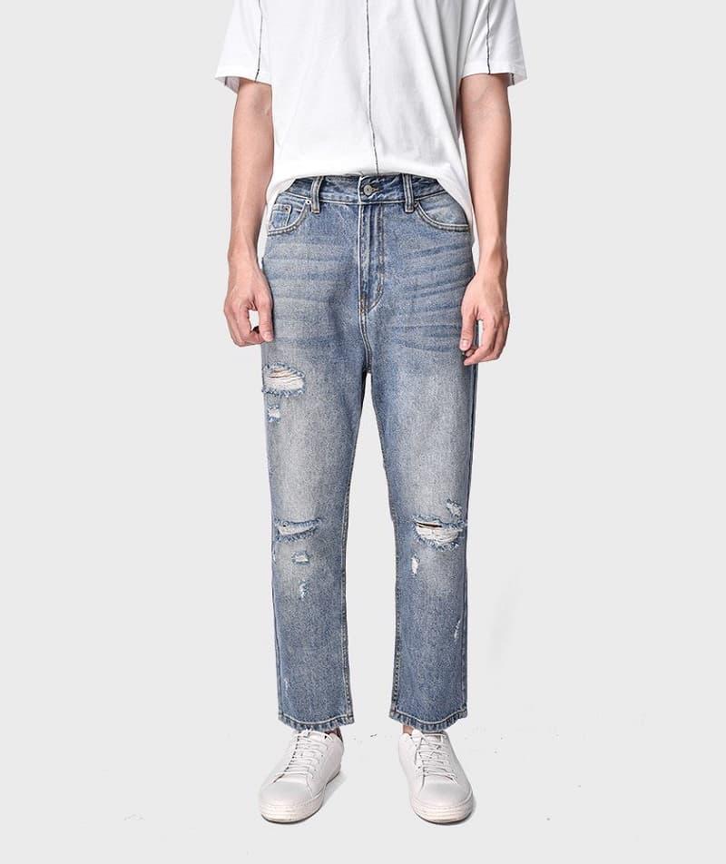 Áo sơ mi trắng kết hợp quần Jeans ống suông xanh nhạt