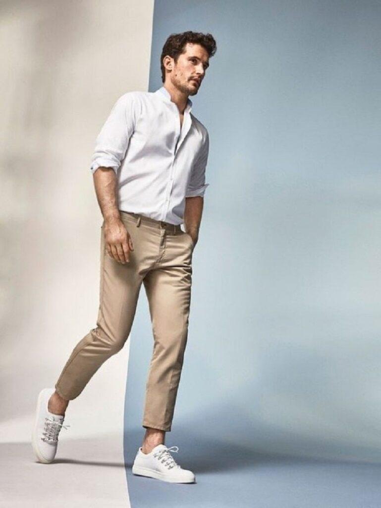 Quần Chinos nam với áo sơ mi trắng, giày trắng