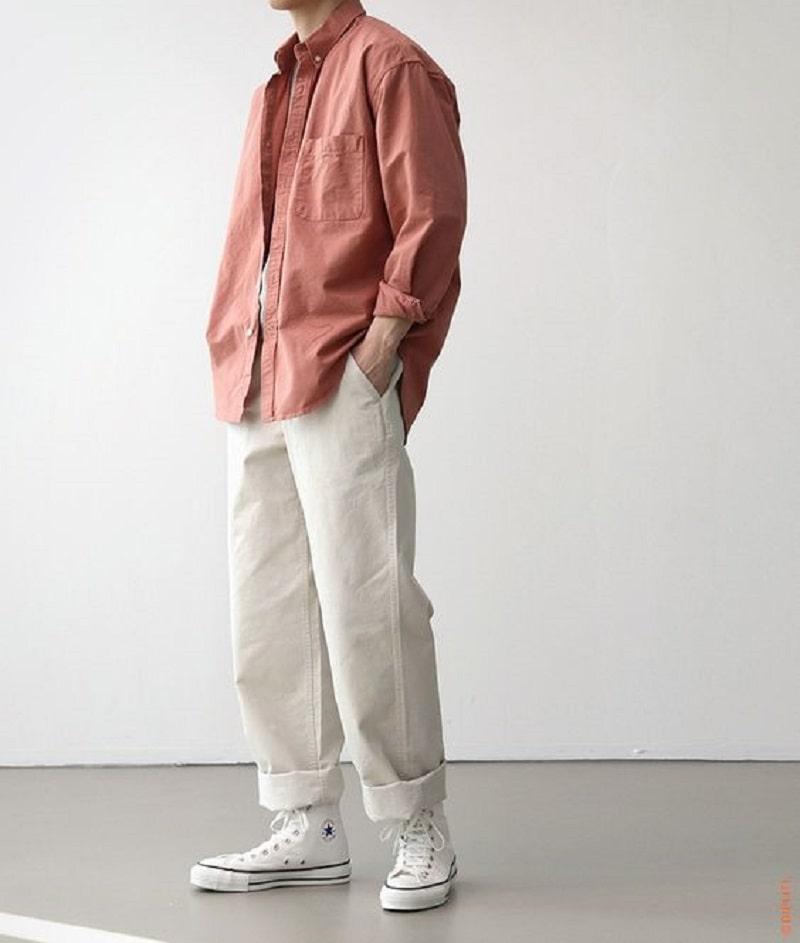 Phối Chinos ống rộng với áo thun, áo khoác ngoài và Sneaker