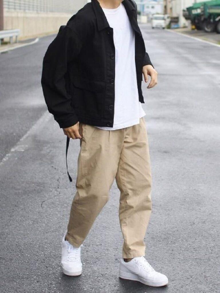 Quần Chinos màu kem với áo phông trắng và khoác đen