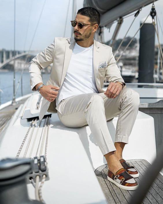 Phối combo Vest màu kem với áo phông trắng và giày Slip On