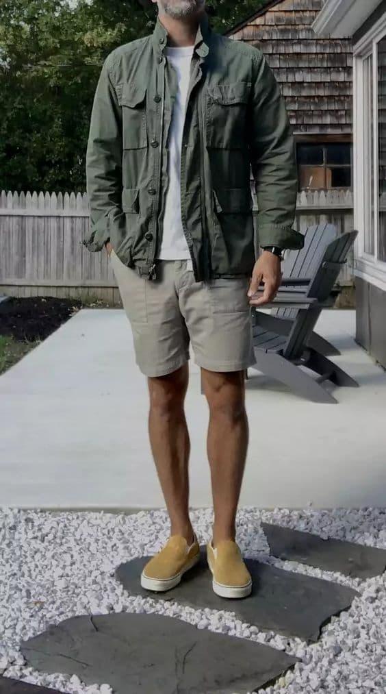 Phối giày Slip On với quần short kaki, áo phông trắng và áo khoác ngoài