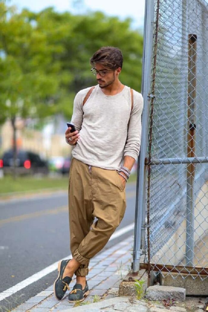 Phối quần Jogger kaki với áo thun nam dài tay và Slip On