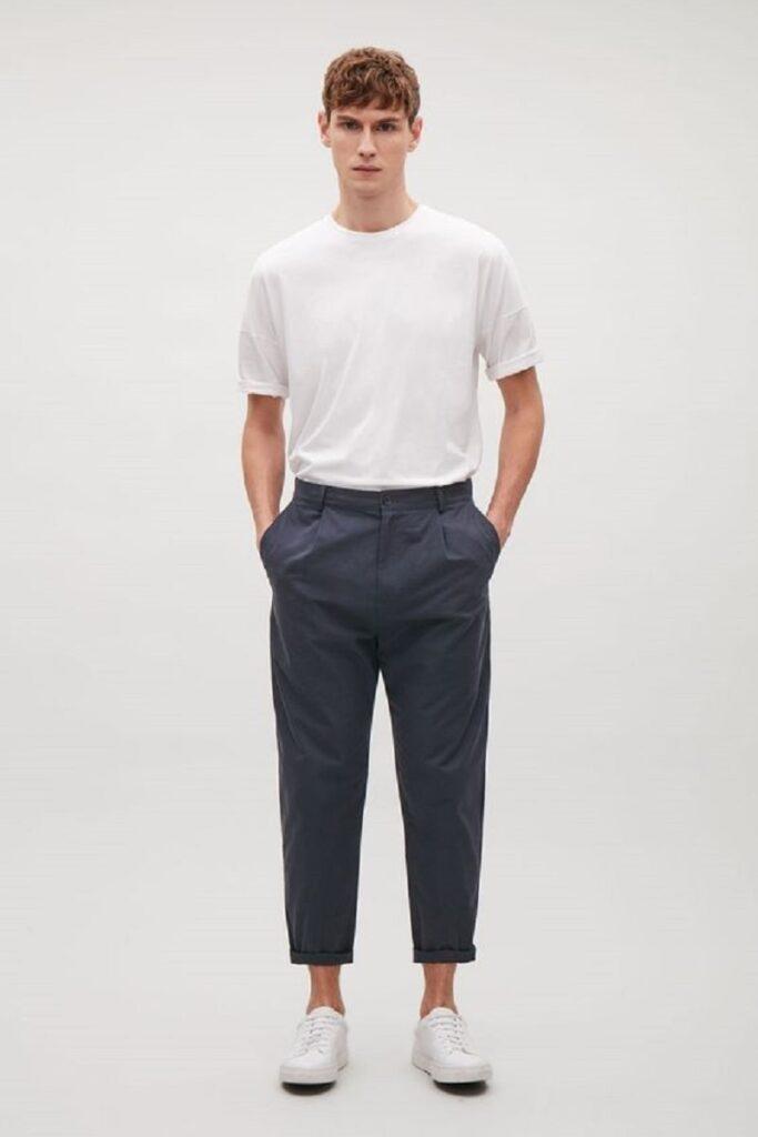 Quần Chinos nam với áo phông trắng