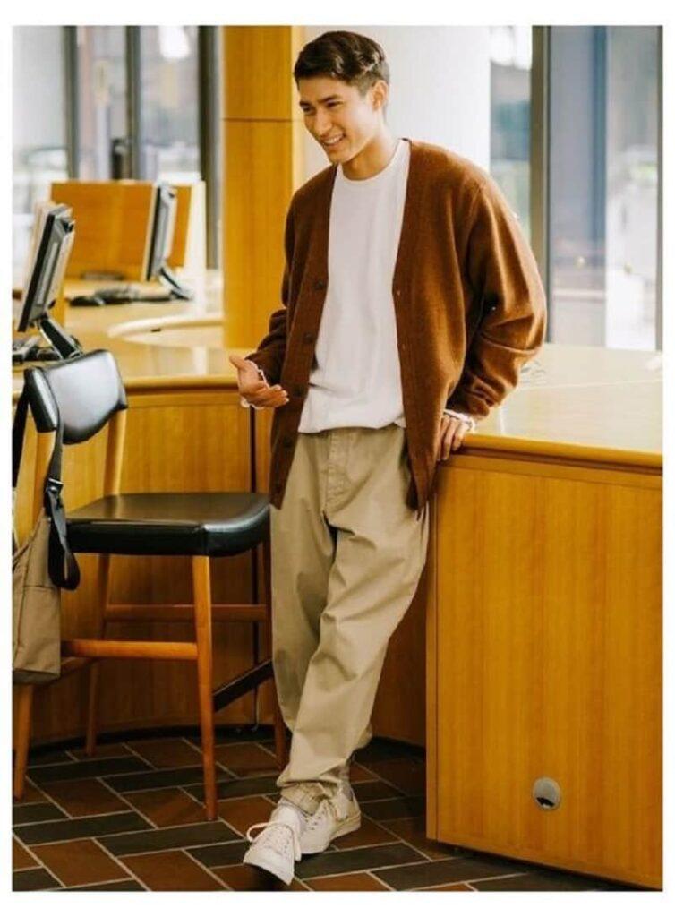 Phối áo khoác Cardigan với áo phông trắng, quần Kaki màu kem với Sneakers trắng