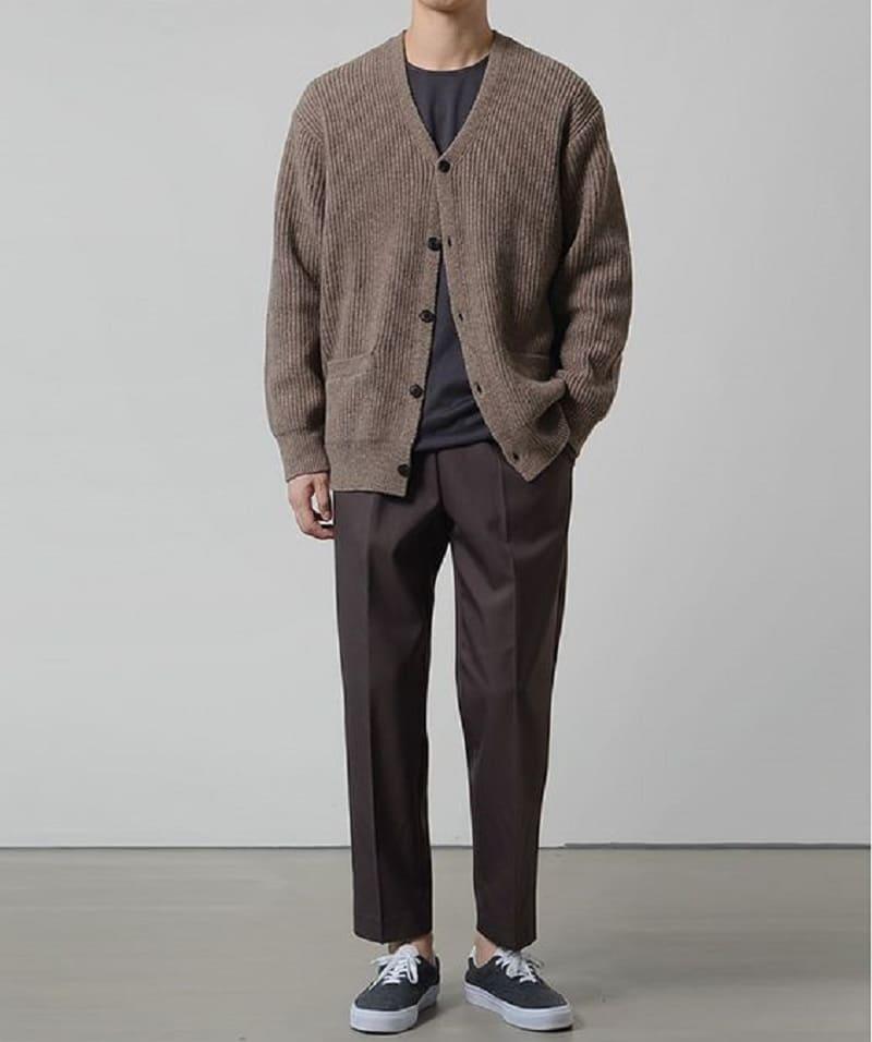 Phối áo Cardigan với quần Tây ống đứng, áo phông và giày Vans