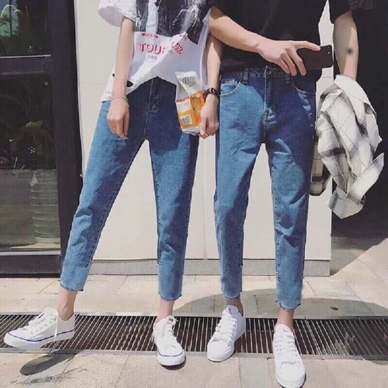 Phối quần Jeans Baggy xanh nhạt với áo phông đen và Sneakers trắng
